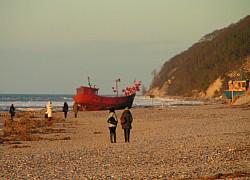 Miedzyzdroje - łódź rybacka na jesiennej plaży | fot. Huuba