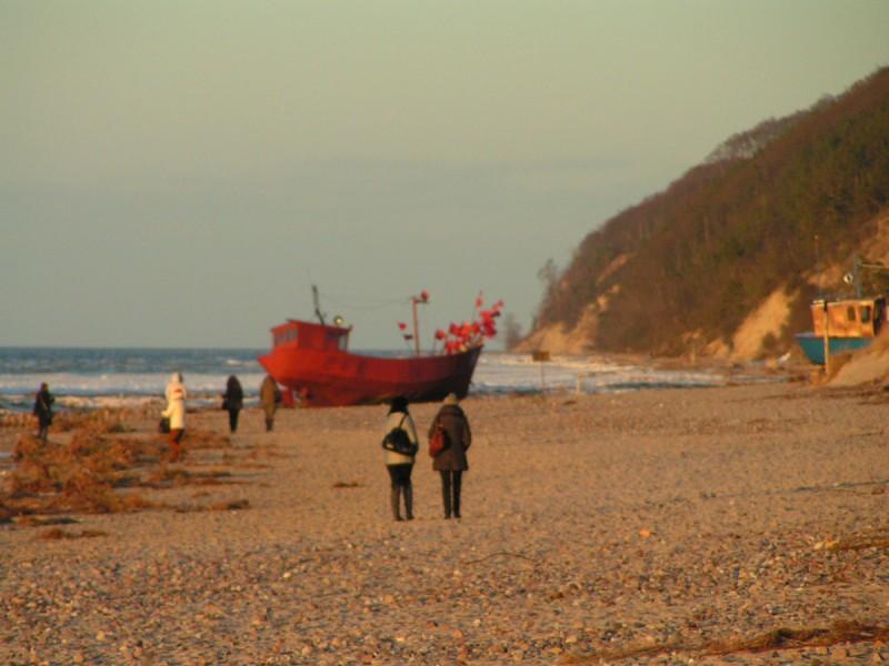 Miedzyzdroje - łódź rybacka na jesiennej plaży