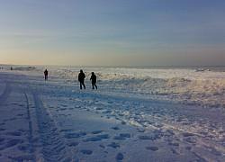 Północne chodzenie po styczniowej plaży w Międzyzdrojach | fot. Huuba