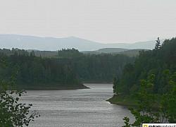 jezioro pilichowickie i karkonosze w tle | fot. tenet
