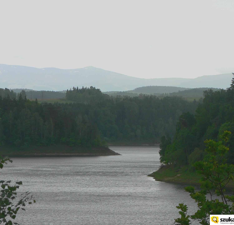 Jezioro Pilchowickie i Karkonosze w tle