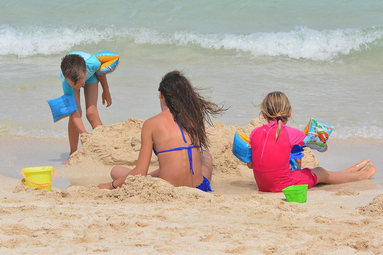 https://pixabay.com/pl/dzieci-pla%C5%BCa-morze-ludzie-zagraj-900309/